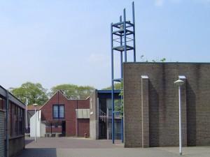 Nijmegen_Dukenburg,_Meijhorst,_kerk_met_klokkenstoel 1985 misschien